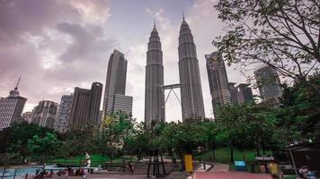 Panorama del día de las torres gemelas petronas del parque klcc de Malasia 4k lapso de tiempo kuala lumpur