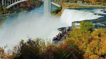 la plataforma de observación cerca de las famosas cataratas del niágara. los turistas admiran la impresionante vista video