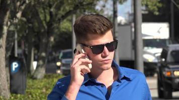 Mann, der beim Telefonieren geht video