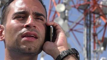 Mann spricht am Handy video