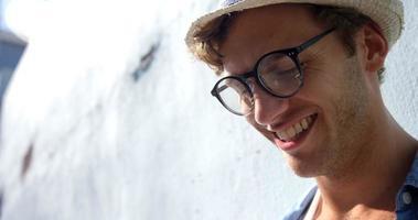 close-up do hipster está olhando alguma coisa e sorrindo video