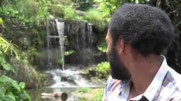 homem africano com barba