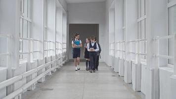 écoliers marchant le long du couloir