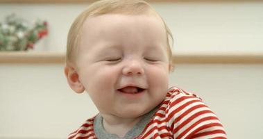 foto em câmera lenta de uma criança sentada na escada no natal