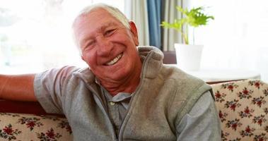 retrato de sênior sorrindo para a câmera