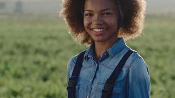 joven agricultor africano con calabaza