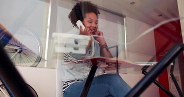 glücklicher Schüler, der ans Telefon geht
