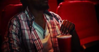 jovem absorto assistindo a um filme video