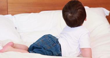 petit garçon sur un lit