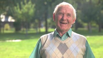 sonrisa de hombre mayor. video
