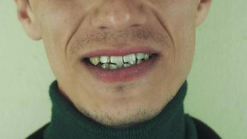 Mann spricht nachdrücklich Wörter vor der Kamera aus. Mund. Zähne. Lachen. Borste