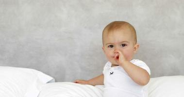 carino bambino che ride sul letto
