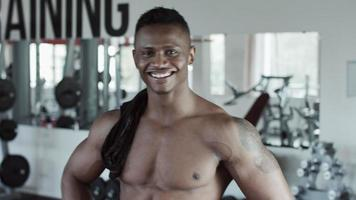 hombre fitness riendo