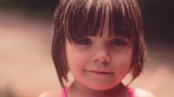 Nahaufnahme eines niedlichen kleinen Mädchens, das draußen spielt
