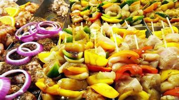 cibo in esposizione pronto per cucinare brochettes di pollo 4K