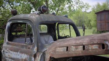 carro antigo vintage com van pickup americana planta ferrugem