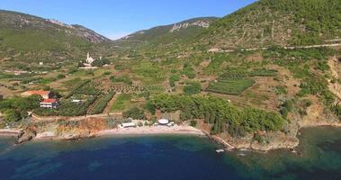 Vista aerea della spiaggia di Komiza sull'isola di Vis, Croazia video
