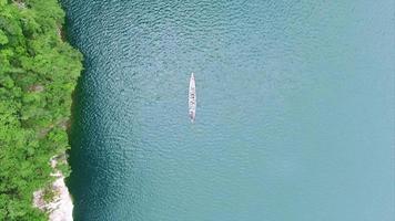 barco khao sok, subida aérea, vista da água e colina video
