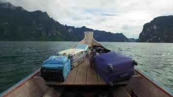Aceleração do barco khao sok da vista frontal das ilhas de passeio de barco video