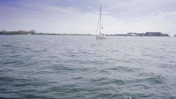 Barca a chiglia a vela sul lago Ontario nel porto di Toronto in giornata di sole