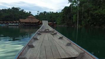 bateau khao sok, avant de bateau, homme en chemise verte
