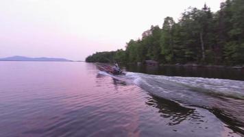 Maine homme en bateau au volant sur le lac