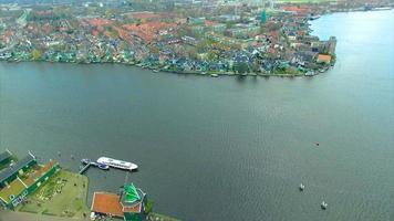 Holanda molino de viento pueblo paso elevado agua a casas frente al agua