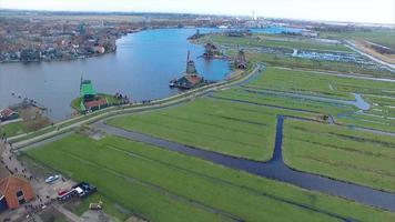 Molino de viento de Holanda, sobrevuela la vista de campos y edificios