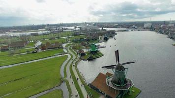 paso elevado de la aldea de molinos de viento de los Países Bajos
