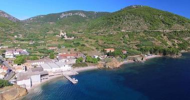 Vista aerea della piccola città di Komiza sull'isola di Vis, Croazia video