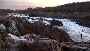 corredeiras de queda d'água em parque de grandes cataratas