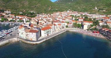 Vista aerea della città costiera croata di Komiza, Croazia