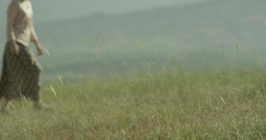 fille qui marche dans le blé