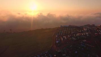 vista aerea della montagna campeggio per nuotare alba dorata