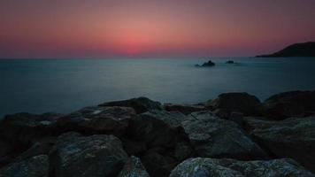 4 k timelapse por do sol, nascer do sol na praia do oceano, vista para o mar. lapso de tempo das ondas na tailândia video
