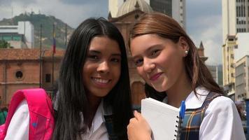 estudantes mulheres felizes sorrindo video