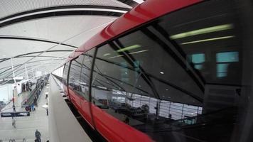 monorotaia rossa che rallenta scendendo traccia lontano dalla fotocamera