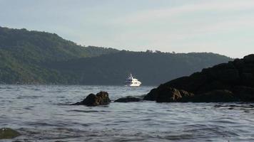 Thailandia giorno d'estate phuket isola spiaggia yacht giro vista 4K video