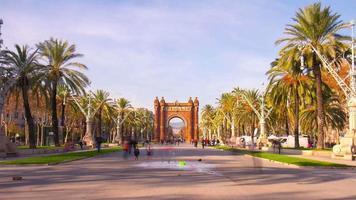 espanha barcelona dia ensolarado arco de triunfo caminhada estrada 4k time lapse