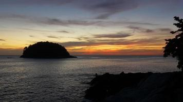 Thailandia estate tramonto phuket isola spiaggia pescatore panorama 4K video