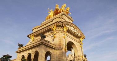 Soleil lumière parc de la ciutadella fontaine haut statue 4k espagne barcelone