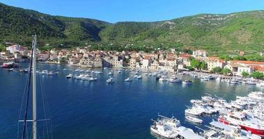 Vista aerea del porto di Komiza sull'isola di Vis, Croazia