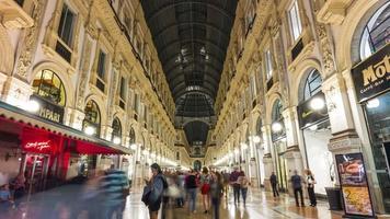 Italia noche Galleria vittorio emanuele calle comercial panorama 4k lapso de tiempo Milán