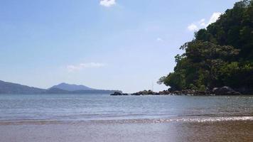 Thailandia estate luce phuket isola spiaggia onde baia panorama 4K video