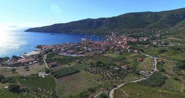 Vista aerea di Komiza sull'isola di Vis, Croazia video