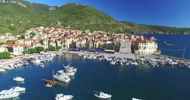 Vista aerea di Komiza sull'isola di Vis, Croazia