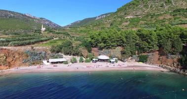 Vista aerea della baia di Komiza sull'isola di Vis, Croazia video