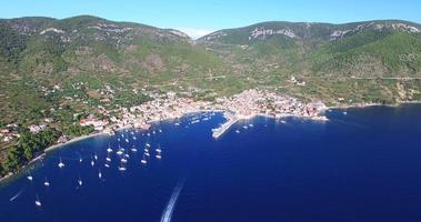 Vista aerea della città costiera croata di Komiza, Croazia video