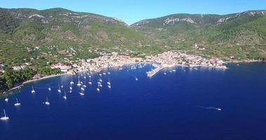 Vista aerea della barca che lascia il porto di Komiza, Croazia video