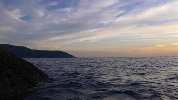 Thailandia calma estate tramonto phuket isola spiaggia panorama 4K video